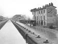 Il Naviglio Pavese lungo la via Ascanio Sforza con il vecchio trenino a vapore della linea di Milano - Pavia, 1935