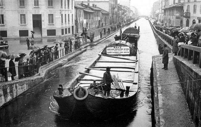 Il Naviglio Pavese, anni 40, con in primo piano un barcone della società AGIT che collegava Milano con l'Adriatico