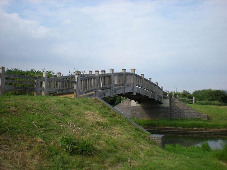 Ponte di legno sul Grand Union Canal a Northolt