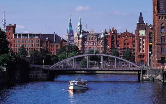 Una panoramica di Amburgo e del ponte Magdeburger. La città è attraversata da una fitta rete di canali chiamati Fleete
