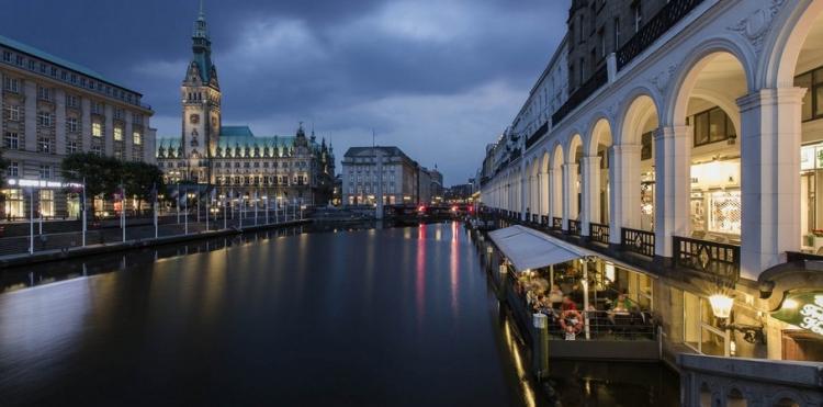 L'Alsterarkaden e il Municipio della città di notte