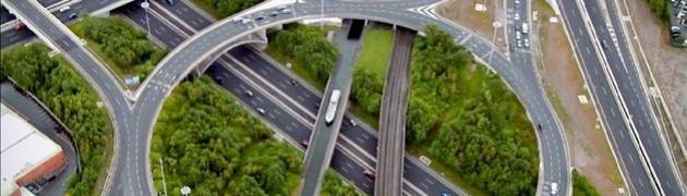 Il Royal Canal Acqueduct oltrepassa l'autostrada M50 alla periferia di Dublino