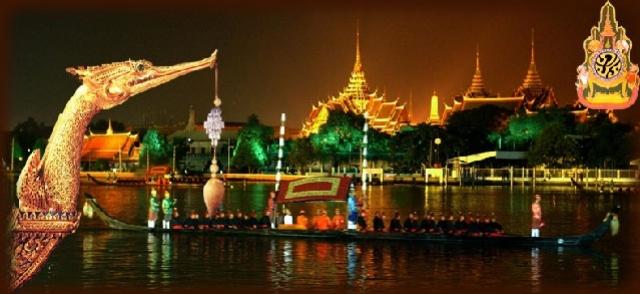 Bankgok, processione in barca lungo il fiume Chao Phraya