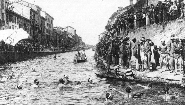 Gara di nuoto nel Naviglio Grande, estate 1913