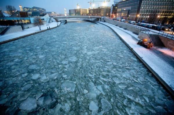 Il fiume Sprea ghiacciato a Berlino