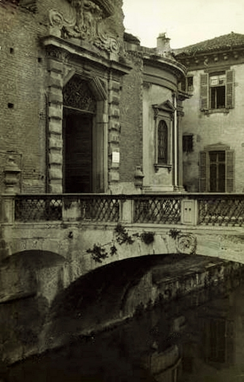 Il portone di ingresso alla Ca' Granda sul Naviglio in via Francesco Sforza, primi del '900