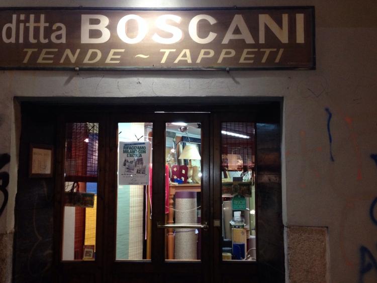 Il poster dell'Associazione nel negozio della Ditta Boscani in via Molino delle Armi