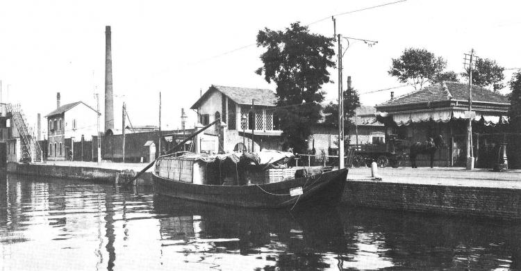 Un barcone sul Naviglio Grande