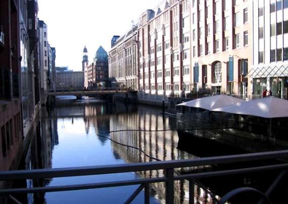 Un canale nella zona centrale di Amburgo