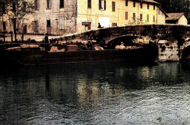 """Fotogrammi dal film """"L'albero degli zoccoli"""" di Ermanno Olmi: il barcone che dalla Bergamasca arriva a Milano"""