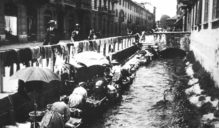 Lavandaie al cavo Ticinello a Porta Ticinese nel primo dopoguerra
