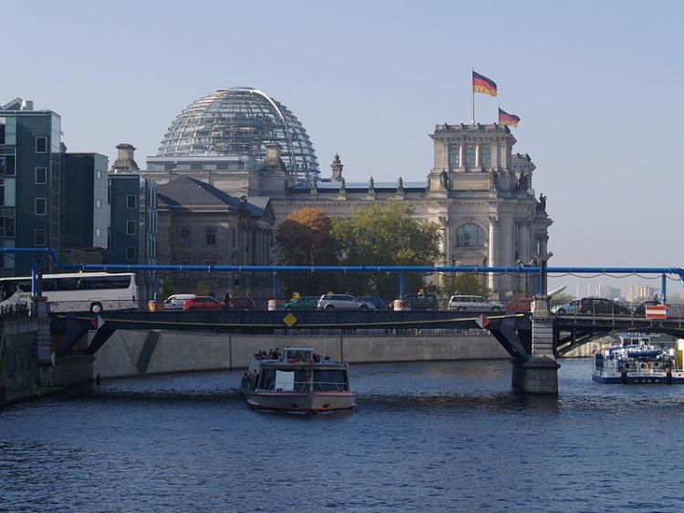 Il fiume Sprea a Berlino, sullo sfondo il Palazzo del Reichstag