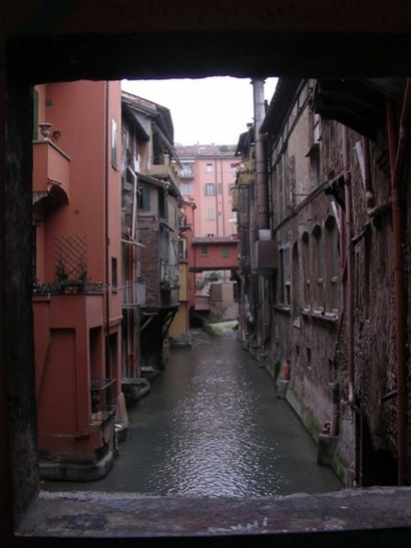 Il Canale delle Moline, dove confluiscono le acque del Canale di Savena e del torrente Aposa, nel centro di Bologna.