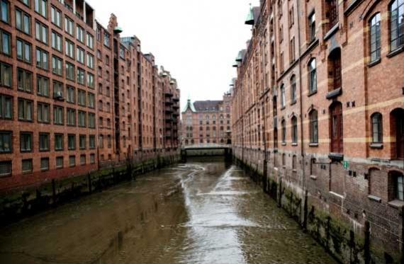 Tra i canali dei magazzini Speicherstadt di Amburgo