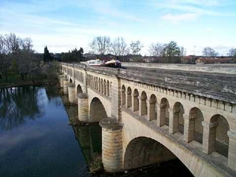 Il ponte-canale di Béziers sopra il fiume Orb - da Wikipedia