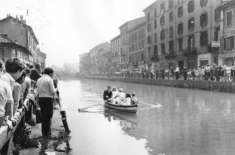 Sposi sul Naviglio grande 1970 - da Foto Milano Sparita (Pagina Facebook)