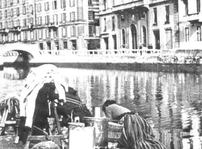 Lavandaia sulla riva del laghetto di San Marco - inizio Novecento