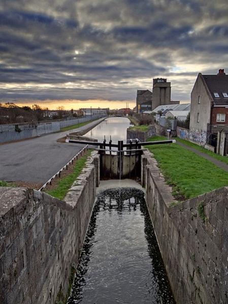 Chiusa sul Royal Canal nei pressi del Vecchio Mulino alla periferia di Dublino