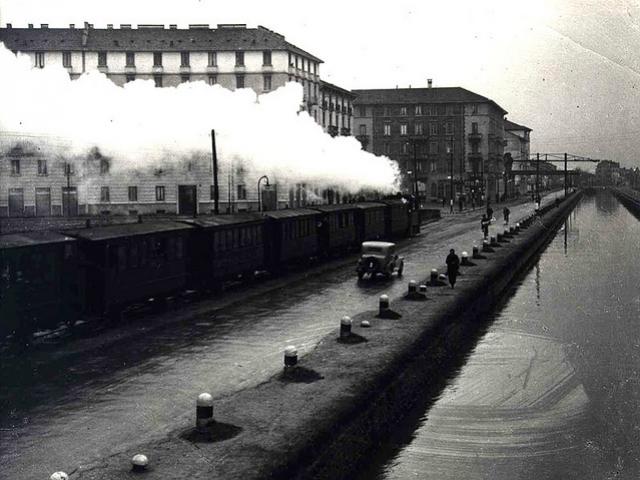 """Il Naviglio Pavese nel 1944, con """"Il gamba de legn"""",  la locomotiva a vapore utilizzata nelle prime linee tranviarie interurbane"""