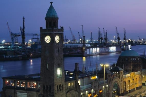 Il porto di Amburgo di notte